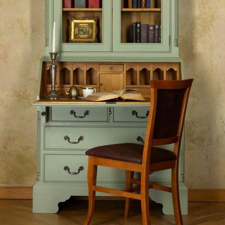 À dénicher dans une brocante: une armoire intégrant un secrétaire. Une fois repeint, il fera un bureau insoupçonnable.