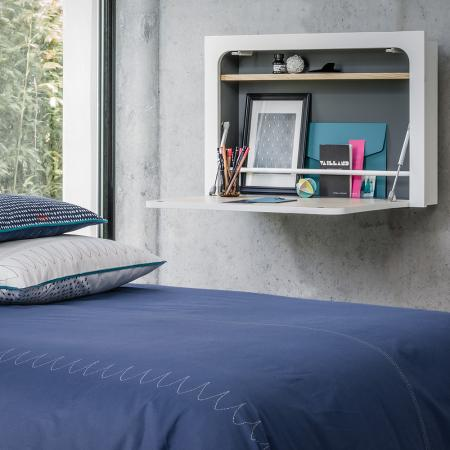 … ou une planche à déplier à côté du lit.