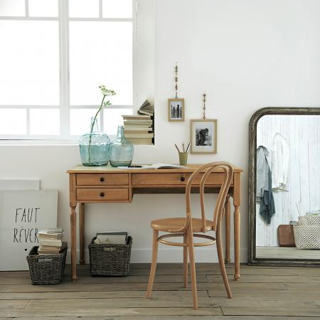 Oui, un bureau peut être décoratif! Des cadres, un vase, des paniers, une belle chaise et le tour est joué.