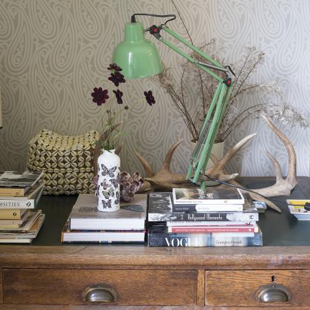Un vieux meuble peut aussi servir de bureau.