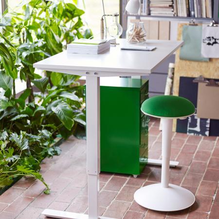 Le tabouret se glisse sous le bureau après usage.