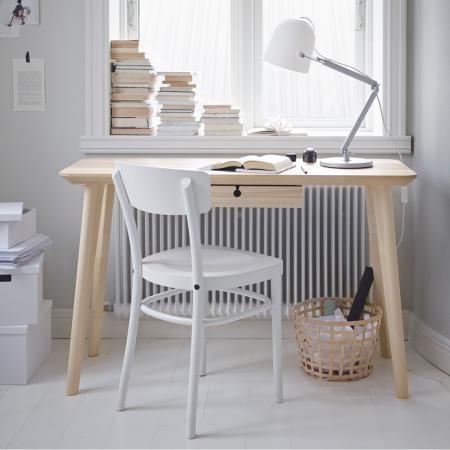 Blanc et bois clair pour un style très frais.