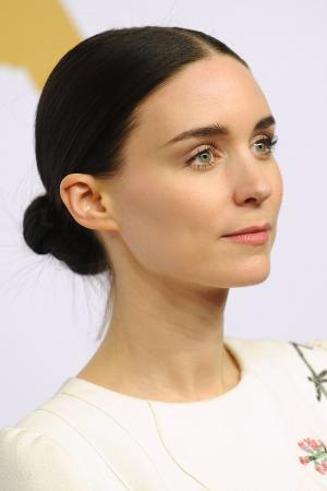 De strakke lage dot van Rooney Mara