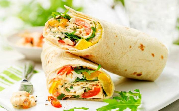 Dinsdag: wraps met tomaat, mozzarella en paprika