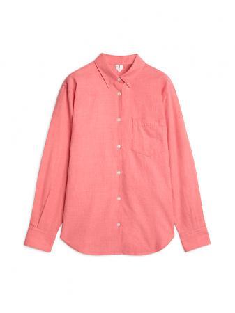 Chemise rose en coton, 69 €.