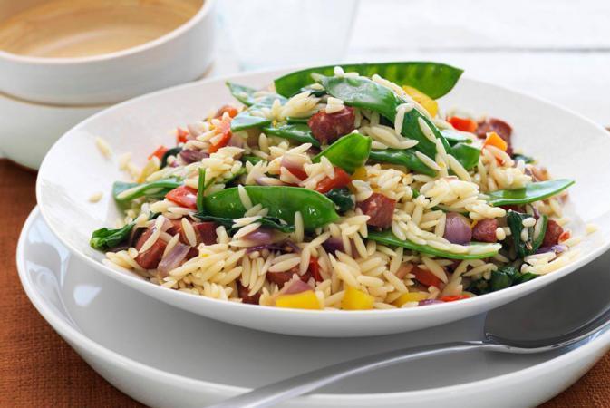 Donderdag: orzo met kleurrijke groenten en salami