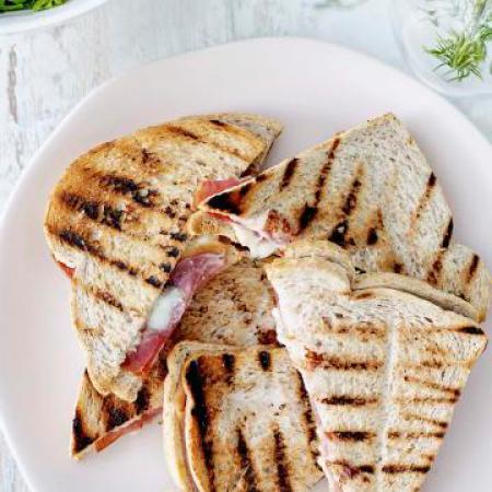 Maandag: croque met gerookte ham, mozzarella en meloen