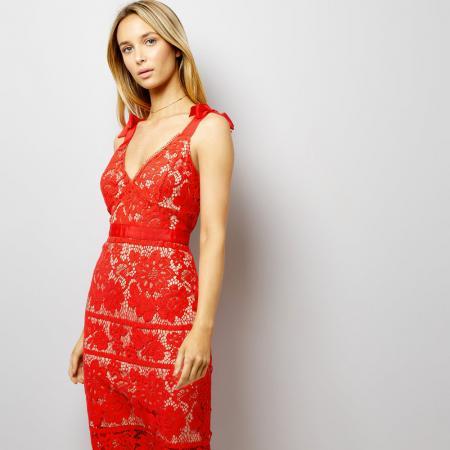 14 modèles pour faire rimer la petite robe rouge avec classe ea360ff9cfd9