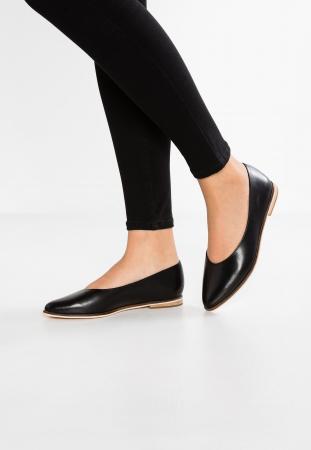 Neutrale platte schoenen