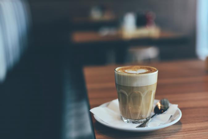 Latte = een glas van 300 tot 350 ml met 1 shot espresso en opgestoomde melk