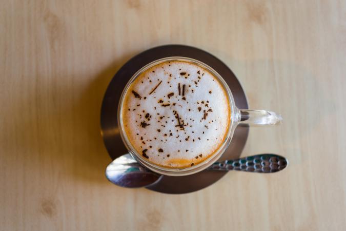 Mocha = 2 shots espresso, chocoladepoeder, gestoomde melk, slagroom en chocoladevlokken