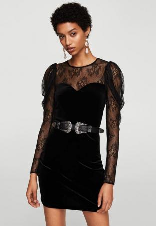 Petite robe noire en velours avec empiècements en dentelle