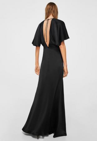 Longue robe noire satinée avec décolleté dans le dos et manches kimono