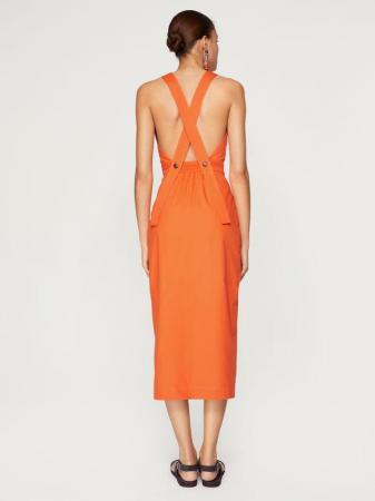 Robe orange croisée dans le dos