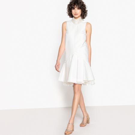 Ivoorkleurige mini-jurk met plooirok en opstaande kraag