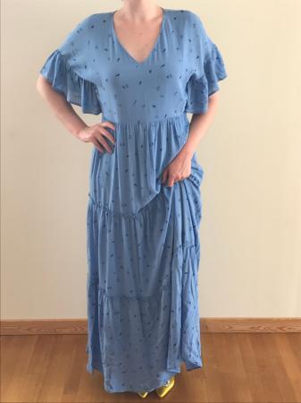 Outfit 2: ijsblauwe maxi-jurk met V-hals en gele pumps