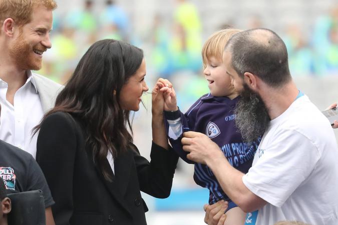 ZIEN: deze kleine jongen streelt Meghans haar