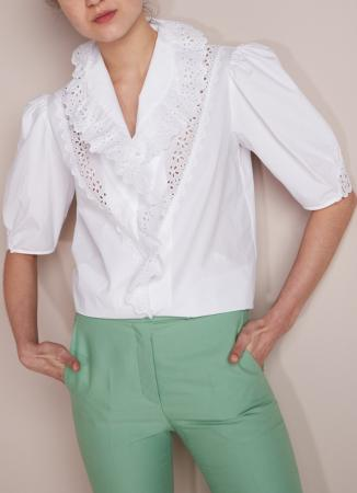 Witte bloes met details in broderie anglaise