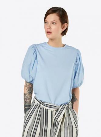 Babyblauw T-shirt met pofmouwen