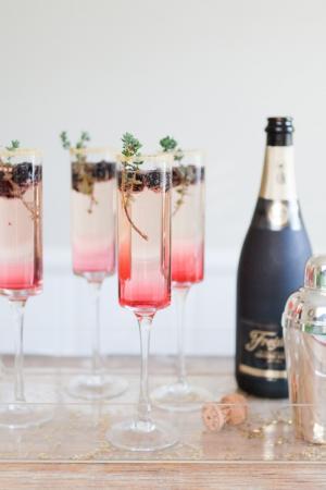 Champagnecocktail met braambes en tijm
