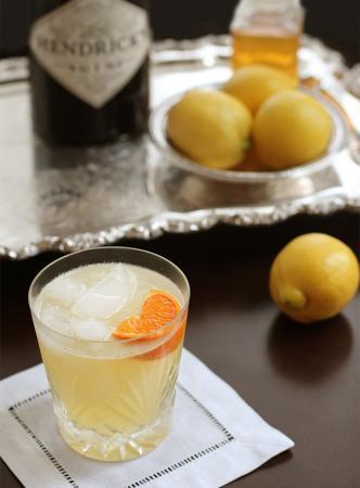 Gincocktail met sinaasappel, citroen en honing
