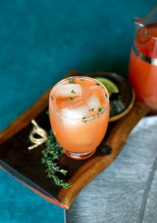 Cocktail met bloedappelsien, tequila en tijm