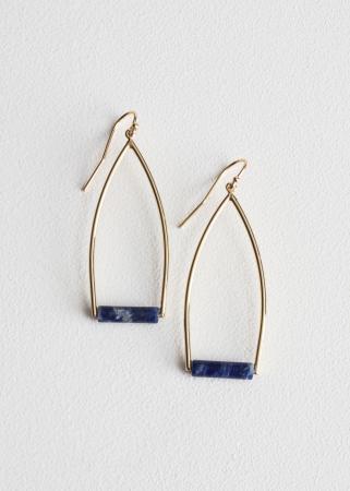 Lange oorringen met blauwe edelstenen