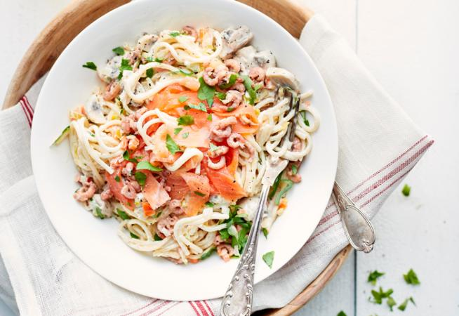 Spaghetti met mascarpone, gerookte zalm en garnalen