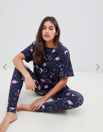 Nachtblauwe pyjama met sterren en planeten