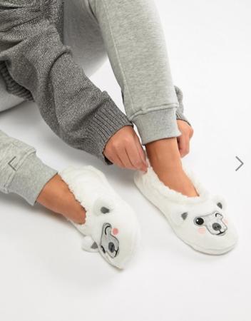 Witte pantoffels in de vorm van een ijsbeer