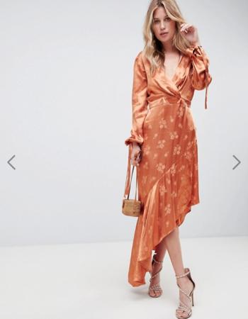 Koperkleurige jurk met bloemendessin en asymmetrische zoom