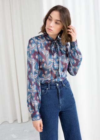 Blauw-paarse blouse met veren- en bloemendessin
