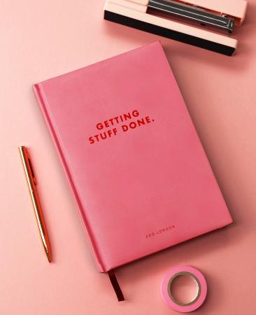 Roze agenda met opschrift 'Getting stuff done'