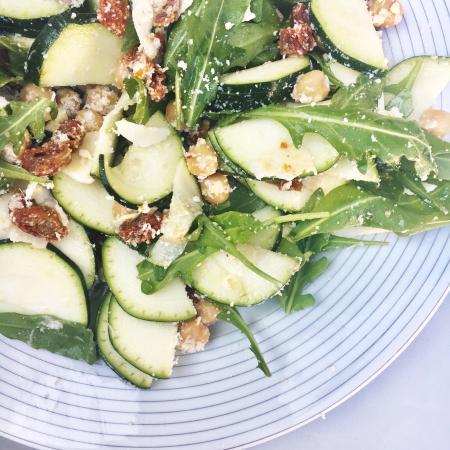 Courgettesalade met kikkererwten