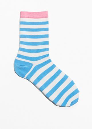 Witte sokken met blauwe strepen en roze details