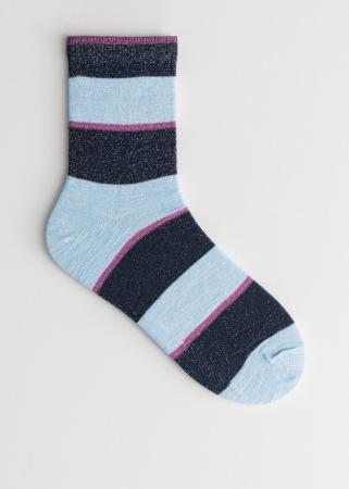 Lichtblauwe sokken met donkerblauwe en paarse details