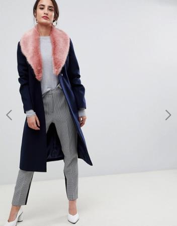 Marineblauwe mantel met roze afneembare kraag