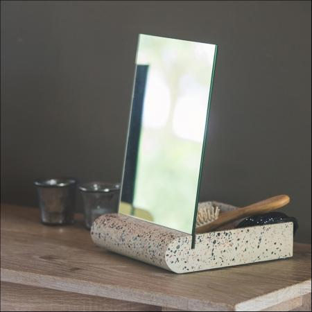 Spiegel met opbergvakje
