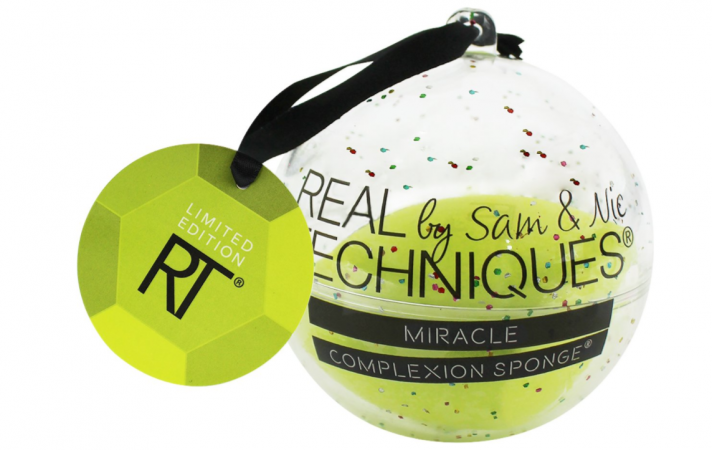 Make-upspons in kerstbal