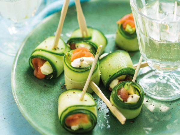 Komkommerrolletjes gevuld met avocado en zalm