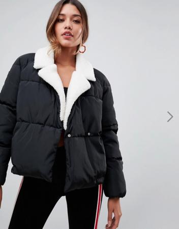 Zwarte puffer jacket met wit kraagje in faux fur