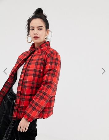 Rode puffer jacket met ruitjesmotief