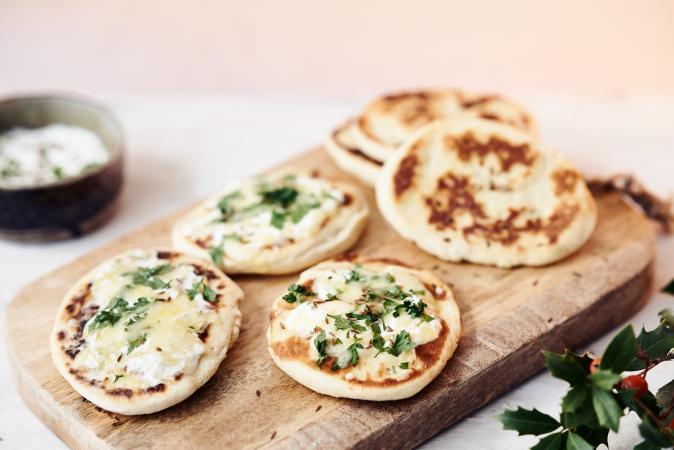 Naan met kaas en verse kruiden