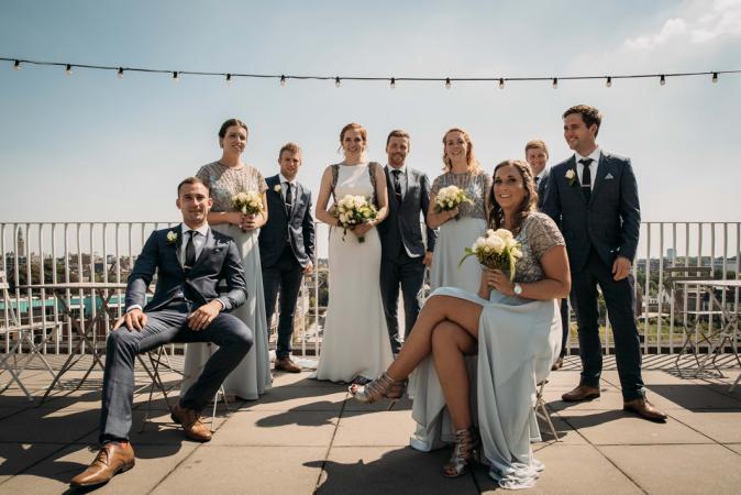 De bruidsjonkers en -meisjes