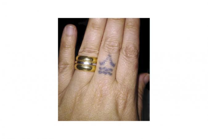 Debbie (34) heeft spijt van de tatoeage op haar vinger