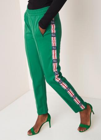 Donkergroene sweatpants met rood-witte streep