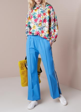 Felblauwe sweatpants met zwart-witte streep