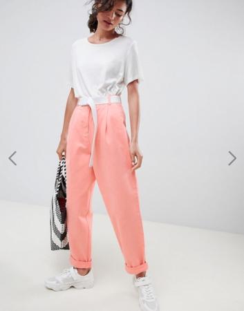 Koraalroze jeans met witte riem