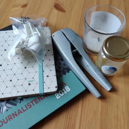 DAG 6: twee oude agenda's, ongedefinieerde plastic spulletjes, een opgebrande geurkaars, een oude lookpers en een leeg potje honing