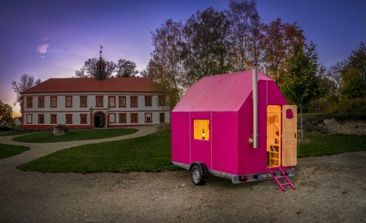 Het huisje is met zijn roze kleur een echte eyecatcher.
